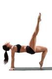 Reizvolle Frau im Sportbüstenhalter auf Yogahaltung Stockbild