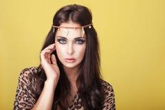 Reizvolle Frau im Stirnband Stockfoto