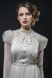 Reizvolle Frau im weißen Kleid stockfotos