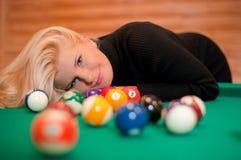 Reizvolle Frau mit Billiardkugeln Stockfotografie