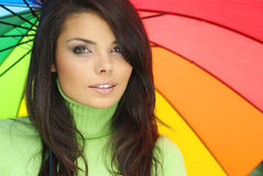 Reizvolle Frau mit buntem Regenschirm lizenzfreie stockbilder