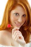 Reizvolle Frau mit dem roten Haar, das ein Inneres anhält Lizenzfreie Stockfotografie