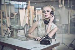 Reizvolle Frau mit einem Telefon Stockfotos