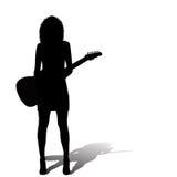 Reizvolle Frau mit einer elektrischen Gitarre Lizenzfreie Stockfotos