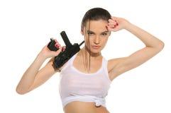 Reizvolle Frau mit Gewehr Stockbild