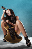 Reizvolle Frau mit Gitarre Lizenzfreie Stockfotografie