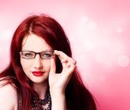 Reizvolle Frau mit Gläsern Lizenzfreie Stockfotografie
