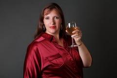 Reizvolle Frau mit Glas weißem Wein Stockfotografie