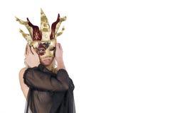 Reizvolle Frau mit Karnevalsvenedig-Schablone auf ihrem Gesicht Lizenzfreies Stockbild