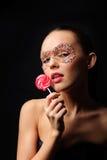 Reizvolle Frau mit Süßigkeitschablone Stockfoto