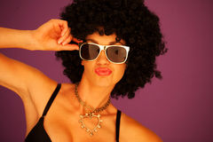 Reizvolle Frau mit schwarzer Afrofrisur Stockbilder