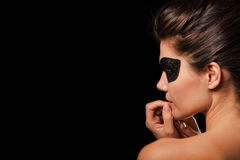 Reizvolle Frau mit schwarzer Partyschablone Stockbilder
