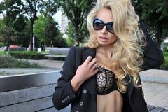 Reizvolle Frau mit Sonnenbrillen Lizenzfreies Stockfoto