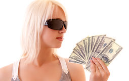 Reizvolle Frau mit Sonnenbrillen und Dollar Lizenzfreies Stockbild