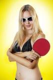 Reizvolle Frau mit Tischtennisschläger Lizenzfreies Stockbild
