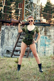 Reizvolle Frau mit Waffe Stockfotografie