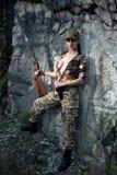 Reizvolle Frau mit Waffe Stockbild