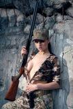 Reizvolle Frau mit Waffe Lizenzfreie Stockfotos