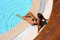 Reizvolle Frau am Poolbereich Lizenzfreie Stockfotografie
