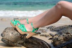 Reizvolle Frauen auf dem Strand Lizenzfreie Stockbilder