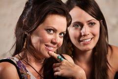 Reizvolle Frauen, die vorbei schauen Stockfoto