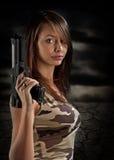 Reizvolle Frauenholdinggewehr Stockbild