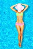 Reizvolle Frauenkarosserie im Pool Stockfoto