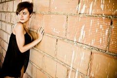 Reizvolle gekleidete junge Frau Stockfoto