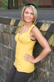 Reizvolle gelbe und schwarze Frau Lizenzfreie Stockbilder