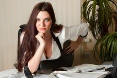 Reizvolle Geschäftsfrau bei der Arbeit lizenzfreies stockbild