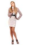 Reizvolle Geschäftsfrau, die eine unbelegte Visitenkarte anhält Lizenzfreies Stockfoto