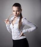 Reizvolle Geschäftsfrau-Nehmengläser weg stockfoto