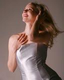 Reizvolle glückliche blonde Frau Stockfoto