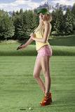 Reizvolle Golfspielerfrau drehte sich von Drei viertel Stockfotografie