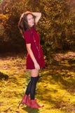 Reizvolle Herbstfrau Stockfoto