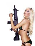 Reizvolle Holdingwaffe der jungen Frau Lizenzfreie Stockbilder