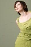 Reizvolle junge Art und Weisefrau mit grünem Kleid Lizenzfreie Stockfotos