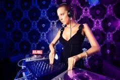 Reizvolle junge blonde Dame DJ, die Musik spielt Lizenzfreies Stockbild