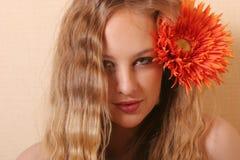 Reizvolle junge blonde Frau Stockbild