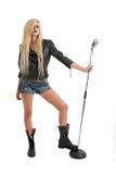 Reizvolle junge blonde Frau in der Lederjacke mit MI Stockbild