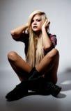 Reizvolle junge blonde Frau in der Punktleuchte Lizenzfreie Stockfotos