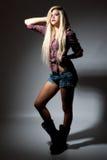 Reizvolle junge blonde Frau in der Punktleuchte Stockbild