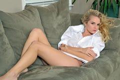 Reizvolle junge blonde Frau, die nur Hemd der Männer trägt Stockfotos