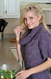 Reizvolle junge blonde Frau, die Salat bildet Stockbilder