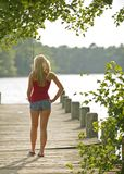 Reizvolle junge blonde Frau - fishin Lizenzfreie Stockbilder