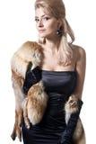 Reizvolle junge blonde Frau im schwarzen Kleid Lizenzfreies Stockfoto