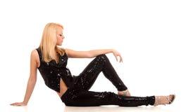 Reizvolle junge blonde Frauenaufstellung Stockfoto