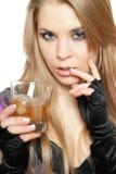 Reizvolle junge Blondine mit einem Glas stockfoto