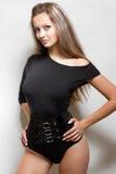 Reizvolle junge Dame in der Klage der schwarzen Karosserie Stockfotografie