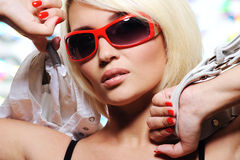 Reizvolle junge erwachsene blonde Frau Stockfotografie